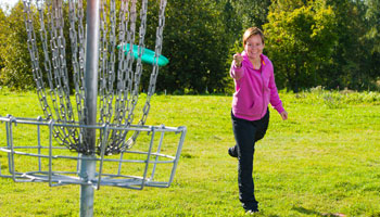 photo of a woman playing disc golf